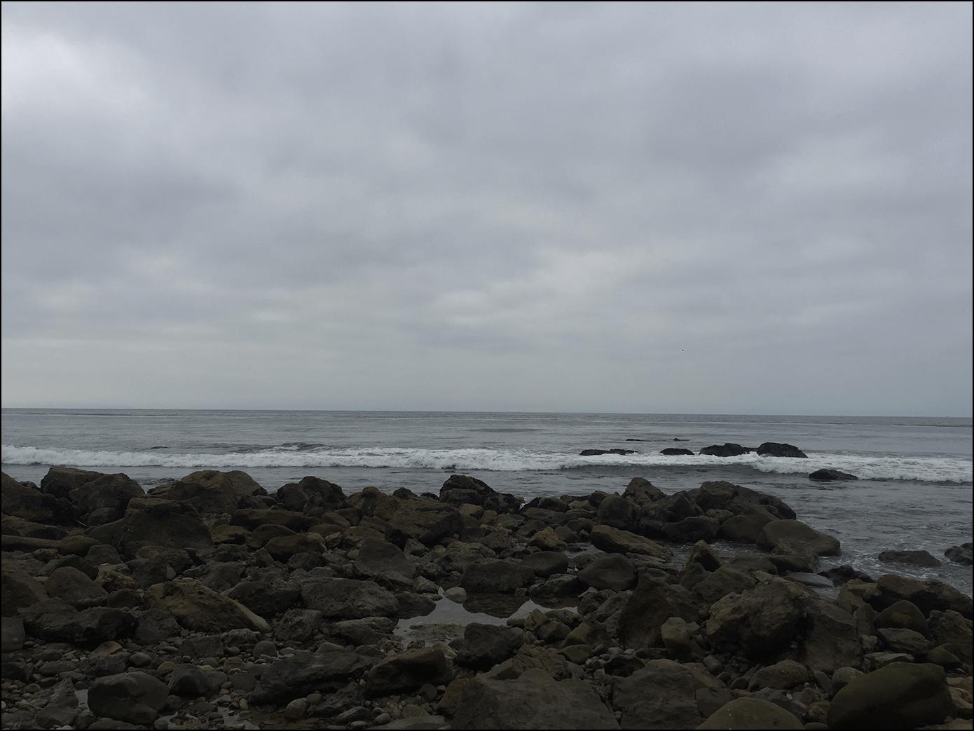 Wolkenbedeckter Strand in Malibu