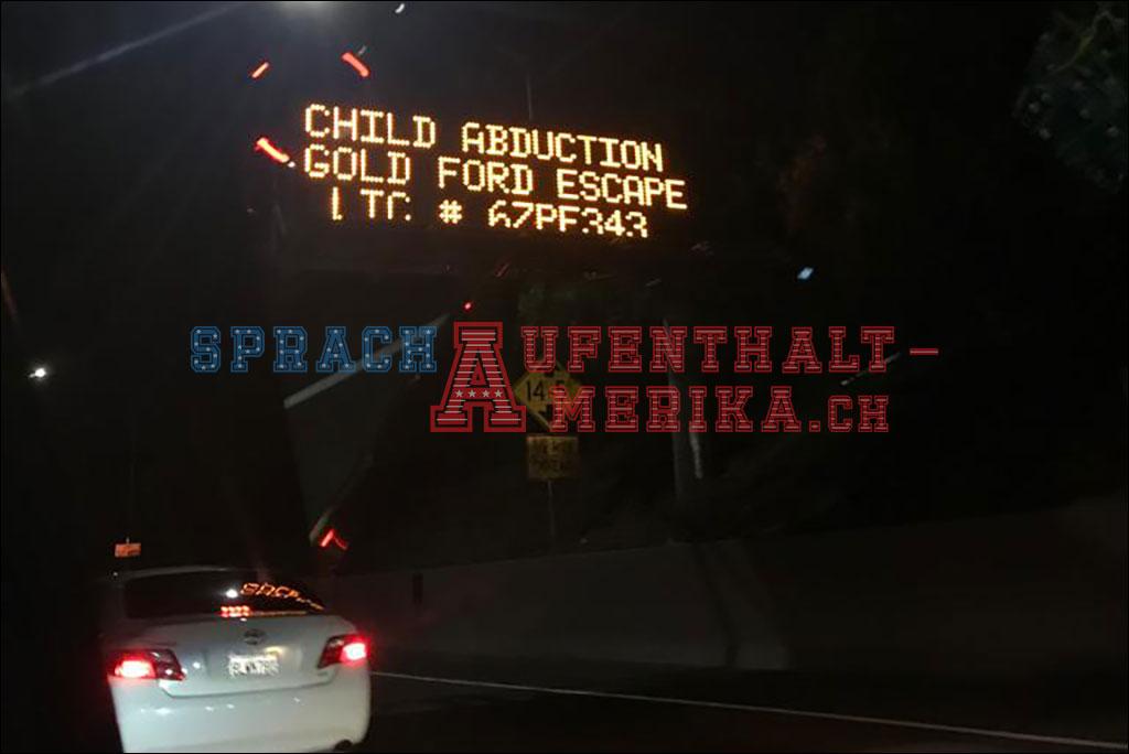 Amber Alert Anzeige auf der Autobahn